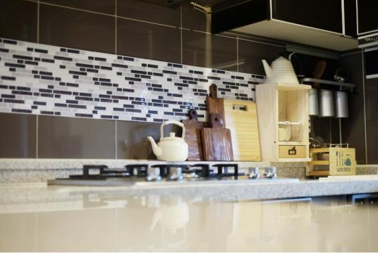 kitchen backsplash using tic tac tiles self adhesive 3d